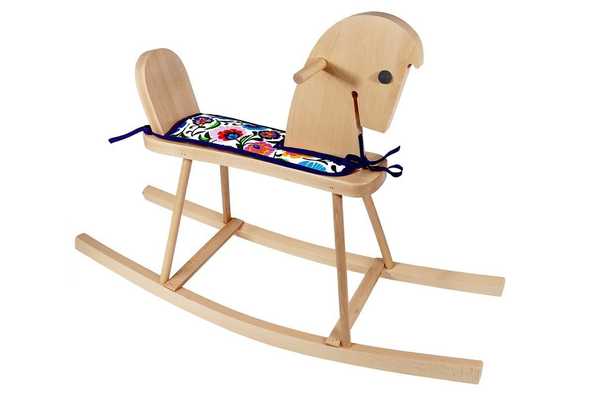 Drewniany konik nabiegunach zsiodełkiem