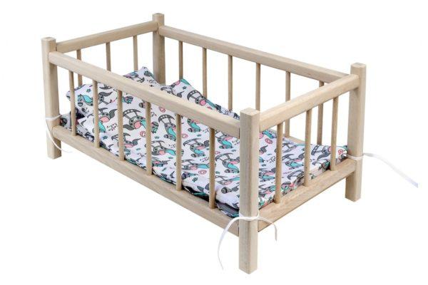 Łóżeczko dla lalek z pościelą białą z bajkowymi konikami.
