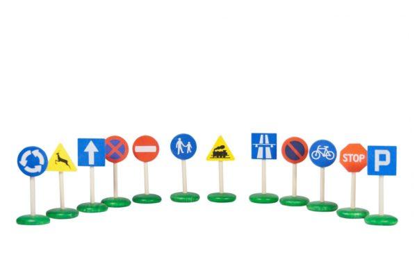 Znaki drogowe z drewna