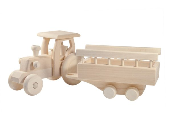 Drewniany traktor z przyczepą