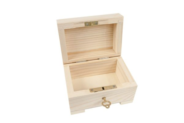 Drewniana szkatułka zamykana na kluczyk