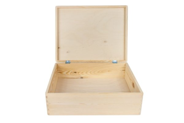 Zamykany kufer z drewna