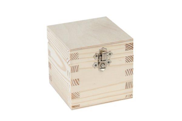 Pudełko z drewna z metalową zapinką