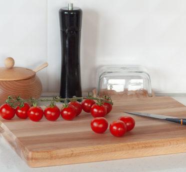 Przybory kuchenne wykonane z drewna - tace, młynki, cukiernice, deski itp.