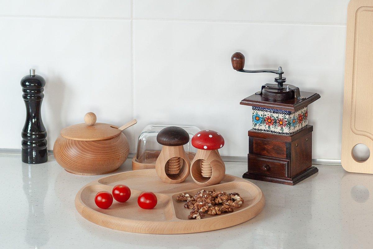 Przybory kuchenne wykonane zdrewna - tace, młynki, cukiernice, deski itp.