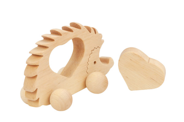 Drewniana figurka jeżyka z sercem