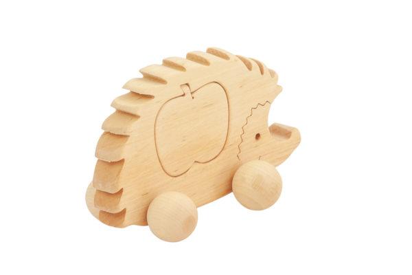 Drewniana figurka jeżyka z jabłkiem