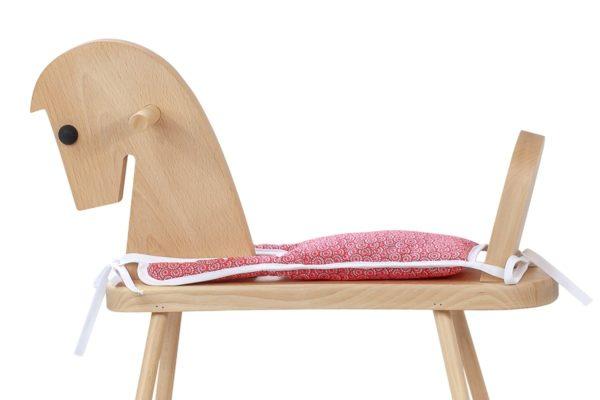 Drewniany konik na biegunach z miękkim siodełkiem