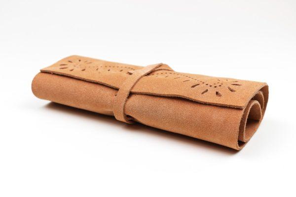 Przybornik ręcznie wykonany z wysokogatunkowej skóry bydlęcej.
