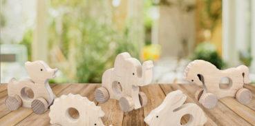 Drewniane figurki zwierząt, gryzaki nakołach