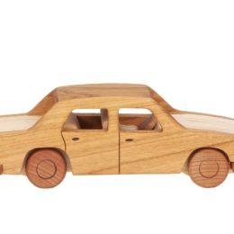 Duży, drewniany model auta