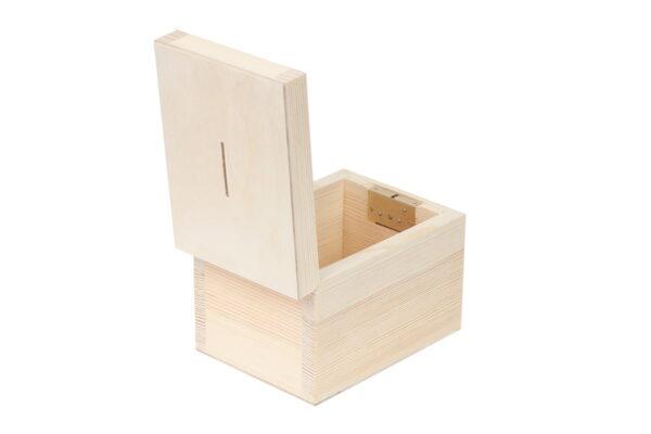 Drewniana skarbonka zamykana na kluczyk