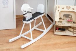 Drewniany konik na biegunach - biały z siodełkiem