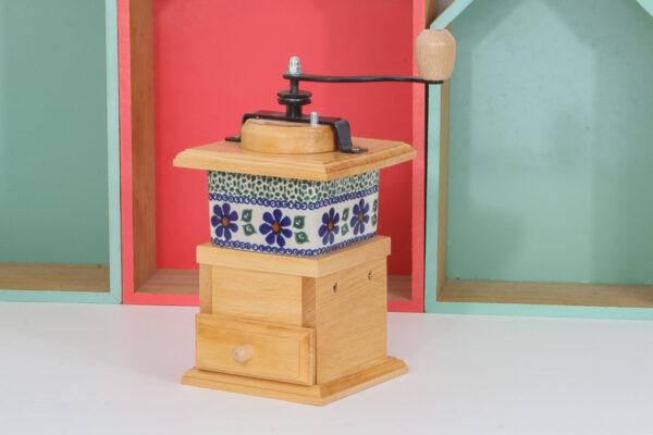 Drewniany, ręczny młynek do mielenia pieprzu, kawy, ziół