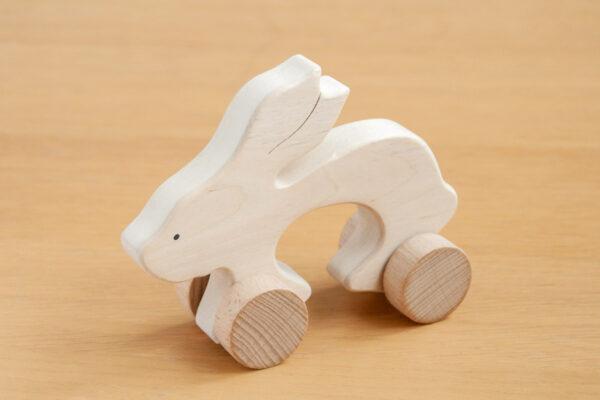 Zając - drewniana figurka na kołach