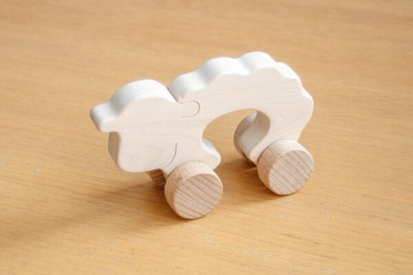 Owca - drewniana figurka na kołach