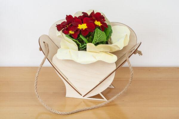 Drewniany koszyczek, osłonka na kwiaty w kształcie serca