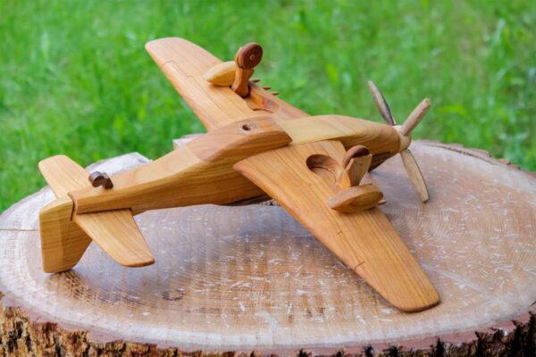 Duży, drewniany model samolotu P-51 Mustang